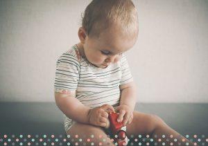 Baby mit gestreiftem Shirt