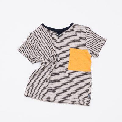 Luftiges T-Shirt dunkelblau weiß gestreift.
